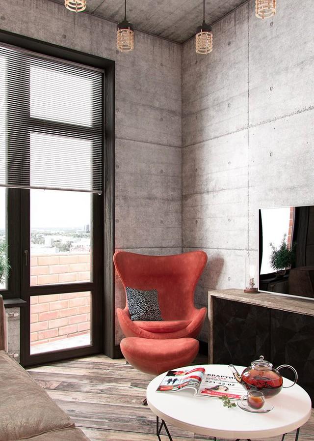 Phòng khách với cửa kính kéo sát nền nhà tận dụng tối đa ánh sáng mặt trời. Góc nhỏ này được chủ nhà bố trí vô cùng đơn giản với sofa bọc nhung cùng chiếc bàn trà tròn xinh xắn. Điểm nhấn đặc biệt cho phòng khách đó là chiếc ghế bành màu đỏ cách điệu đặt nơi góc nhà.