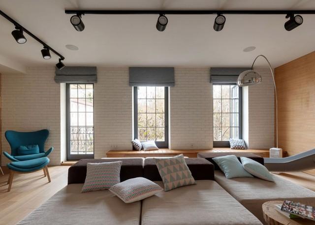 Phòng khách được bày trí khá đơn giản với những chiếc ghế sôfa nhã màu êm ái nhưng không kém phần sang trọng.
