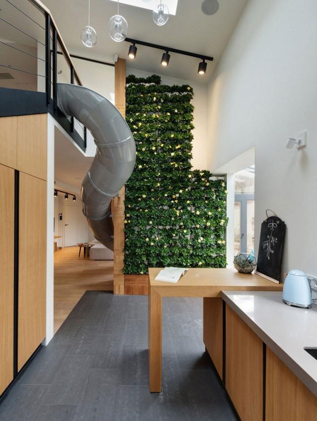 Bức tường hoa không chỉ mang không gian xanh mát cho ngôi nhà mà nó còn là bức tường ngăn cách không gian phòng khách và bếp.
