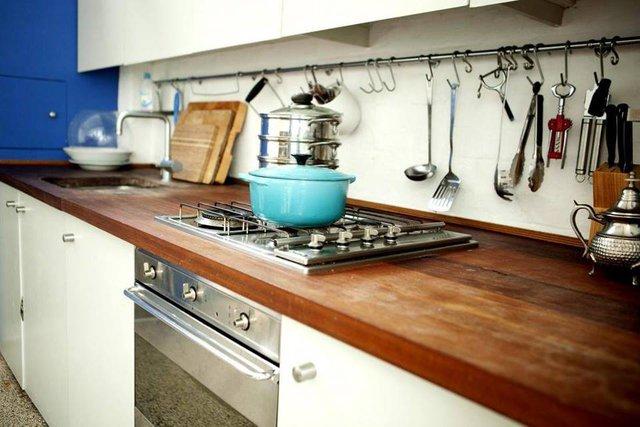 Khu vực bếp ăn thoáng sạch với hệ thống tủ ngăn sát trần thoải mái nhu cầu cất đồ cho chủ nhà.