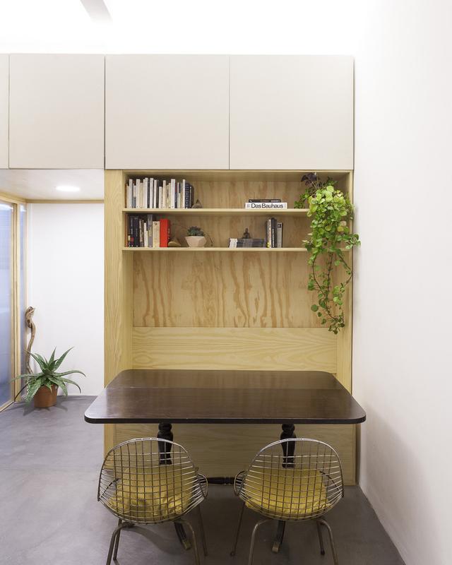 Góc làm việc này được thiết kế vô cùng linh hoạt với chiếc bàn hai chân và giá sách rời có thể dễ dàng di chuyển theo ý muốn của chủ nhà.