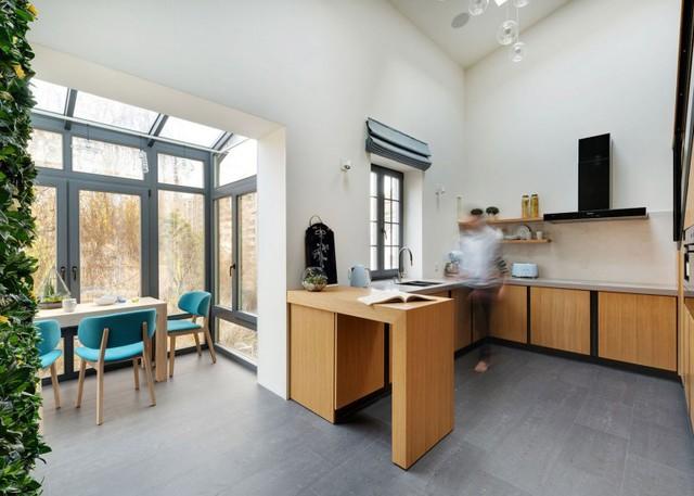 Căn bếp tuy nhỏ nhưng vô cùng tiện nghi, tất cả mọi thứ đều được sắp xếp gọn gàng, ngăn nắp.