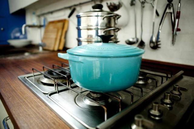 Bàn bếp được làm bằng gỗ cùng hệ móc treo thiết kế chạy dài vô cùng tiện lợi cho người nội trợ.