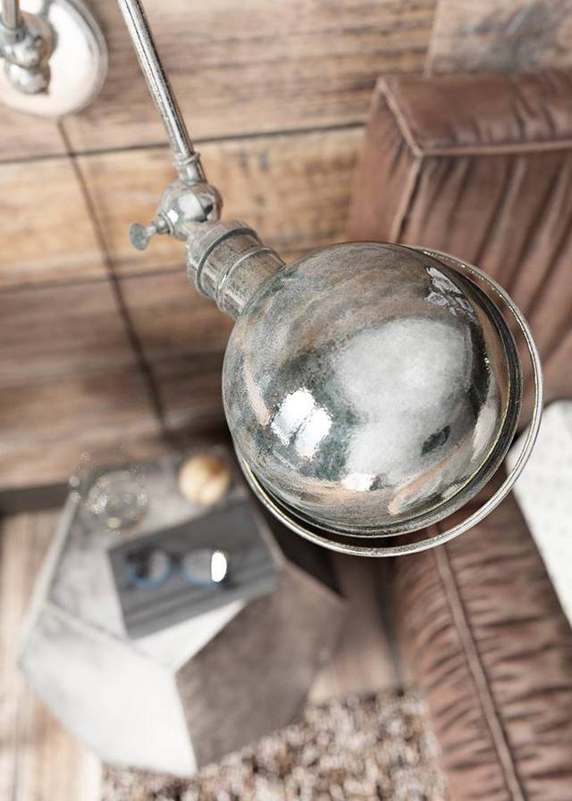 Những món đồ nội thất trong ngôi nhà này từ chiếc đèn chùm lạ mắt nói phòng khách, chiếc đèn hình quả cầu nơi phòng ngủ, đèn làm việc cho đến chiếc đèn ngủ này đều mang đến cho người xem cảm nhận mới lạ và vô cùng độc đáo.