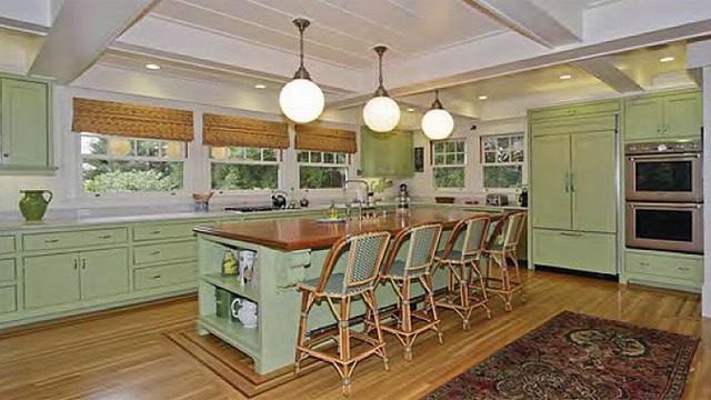 Một phòng ăn khác được thiết kế với gam màu xanh dịu nhẹ, trần nhà được lắp những bóng đèn tròn giúp cung cấp đủ ánh sáng cho cả gai đình.
