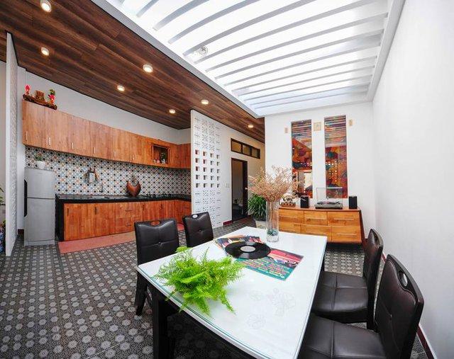 Sâu bên trong phòng khách là khu vực bếp và bàn ăn. Để đảm bảo ánh sáng nơi đây được thiết kế với một nửa là mái kính giúp khu bếp luôn tràn ngập ánh sáng.
