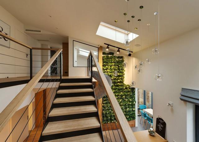 Cầu thang được thiết kế với chất liệu sắt và gỗ dẫn lên tầng 2 của ngôi nhà.