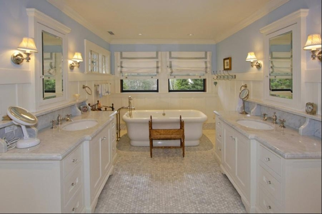 Phòng tắm vẫn là tông màu trắng chủ đạo được thiết kế theo phong cách cổ điển nhưng không kém phần sang trọng.