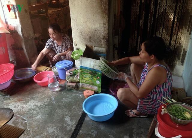 """Một điều """"lợi"""" của việc sinh sống trong không gian chật hẹp là tình làng nghĩa xóm rất thân thiết, các hộ dân đều sẵn sàng chia sẻ không gian sinh hoạt chung."""