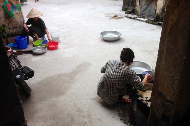 Những hộ ở tầng 1 thì nấu nướng, tắm giặt ngay trên diện tích sân chung của khu nhà.