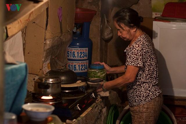 ăn bếp chật chội tối tăm trên tầng 2 của một gia đình, phải rất khéo léo mới có thể xoay xở trong không gian này mà không làm rơi vỡ đồ đạc.