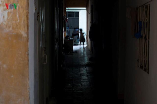 Những hành lang thiếu ánh sáng bên trong, những khu nhà đã xuống cấp nghiêm trọng