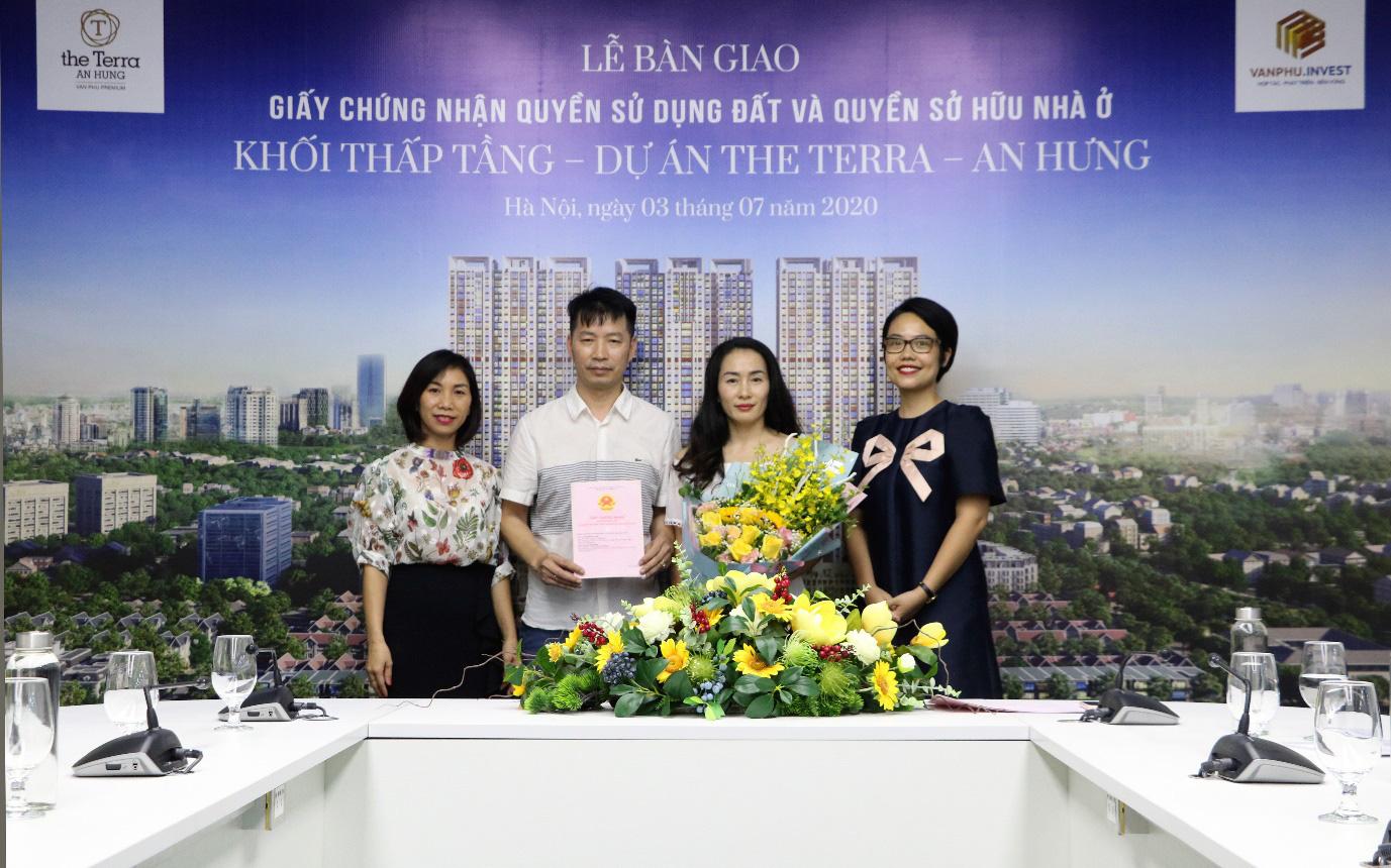 The Terra - An Hưng: Văn Phú - Invest trao sổ đỏ cho khách hàng mua nhà phố