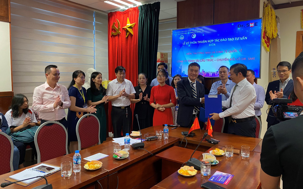 Lễ ký kết hợp tác chiến lược giữa DR. SME và Viện Thương mại và Kinh Tế
