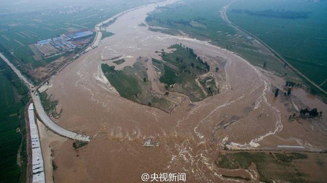 Thị trấn Hình Đài, tỉnh Hà Bắc ngập trong nước lũ hôm 23-7 Ảnh: CCTV