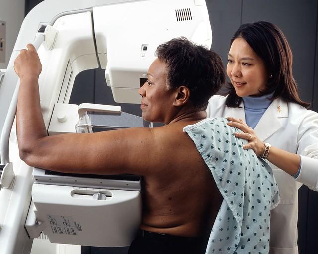 Phụ nữ sử dụng kỹ thuật chụp quang tuyến vú để phát hiện ung thư vú.