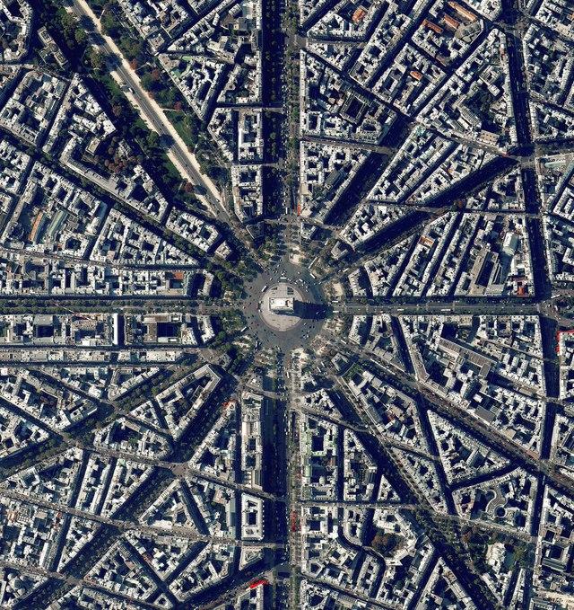 Ở phía trung tâm là Khải Hoàn Môn - một trong những biểu tượng lịch sử nổi tiếng của nước Pháp, được hoàn thành vào năm 1836.