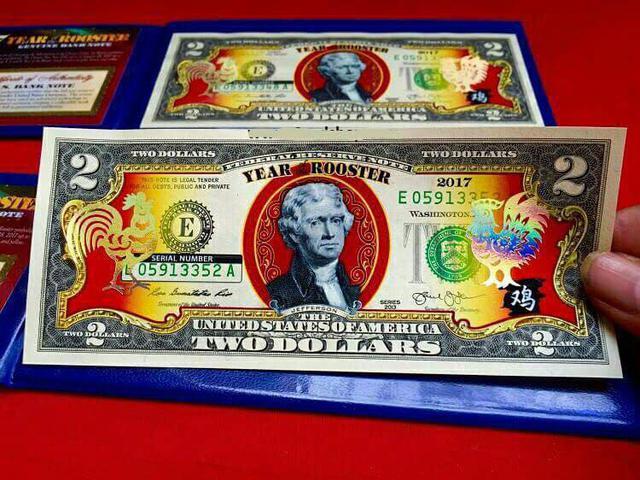 Tiền 2 USD mạ vàng hình con Gà năm 2017 (ảnh: internet)