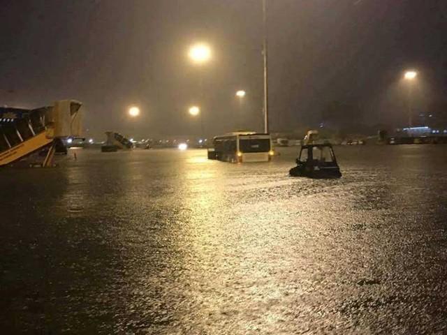 Một góc sân bay Tân Sơn Nhất bị ngập. Ảnh: INTERNET