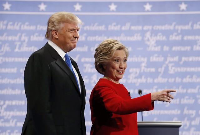 Cuộc tranh cử diễn ra tại Đại học Hofstra, Hempstead, New York. Trước khi sự kiện diễn ra, ông Trump đe dọa sẽ mời tình địch cũ của bà Clinton tới ngồi hàng đầu. Tuy nhiên, các cố vấn của ông Trump đã vội vã lên tiếng đính chính thông tin này và khẳng định họ không có kế hoạch soi mói đời tư của bà Clinton trong cuộc tranh luận trực tiếp.