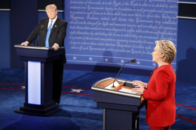 Sau cái bắt tay và nụ cười xã giao ban đầu, các ứng viên bắt đầu cuộc tranh luận gay gắt với tầm nhìn cho nền kinh tế Mỹ. Cả bà Clinton và ông Trump đều đưa ra những kế hoạch cho tương lai nền kinh tế Mỹ nhưng cũng không quên chỉ trích chính sách của đối phương nhằm làm nổi bật những chính sách của mình.