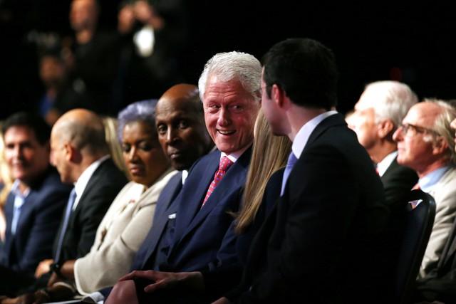 Về phía bà Clinton, ông Bill Clinton cũng có mặt dưới hàng ghế đầu để ủng hộ vợ. Hơn 20 năm trước, bà Clinton cũng đã ngồi tại hàng ghế này để ủng hộ chồng trong các cuộc đua vào Nhà Trắng.