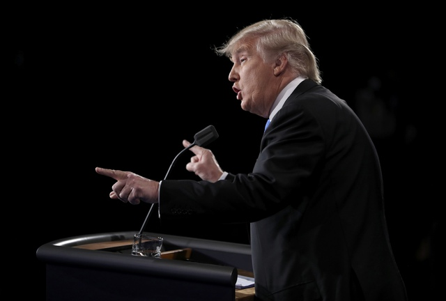 """Về phần mình, ông Trump chỉ trích chính sách thương mại của bà Clinton. Ông Trump cho rằng những chính sách mà bà Clinton đang theo đuổi khiến """"công việc của người Mỹ bị đánh cắp""""."""