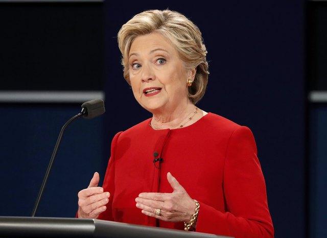 Bà Clinton chỉ trích chính sách thuế mà ông Trump đưa ra chỉ làm những người giàu càng thêm giàu. Bà Clinton cũng đề cập tới những tác động của nó tới nền kinh tế Mỹ đồng thời khẳng định đây không phải là cách người Mỹ phát triển nền kinh tế số 1 thế giới.
