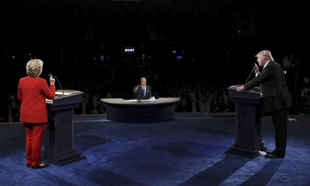 """Cuộc tranh luận vẫn đang tiếp diễn nhằm cho thấy tầm nhìn của các ứng viên với những vấn đề """"nóng"""" của nước Mỹ như kinh tế, khủng bố, an ninh quốc gia, luật sở hữu súng đạn…."""