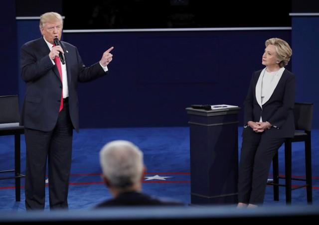 Ông Donald Trump và bà Hillary Clinton trong cuộc tranh luận trực tiếp lần 2.
