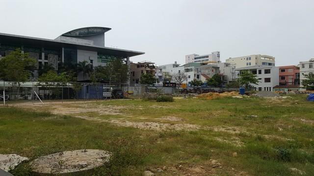 Những hình ảnh trên là các dự án trùm mền nhiều năm nằm trên đất vàng trung tâm thành phố, chỉ cách Trung tâm hành chính TP. Đà Nẵng vài trăm mét.