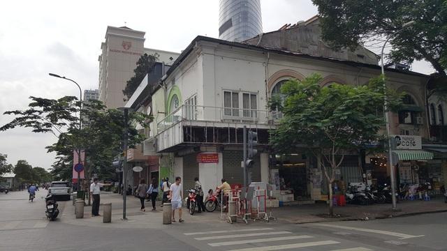 Một góc khu đất vàng 4 mặt tiền đường Nguyễn Huệ - Hồ Tùng Mậu - Huỳnh Thúc Kháng - Ngô Đức Kế, quận 1. Khu đất này nằm đối diện với tòa nhà Times Square của Vạn Thịnh Phát.