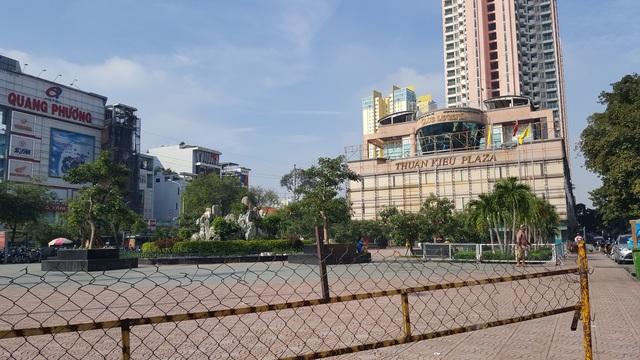 Một phần công viên mặt tiền đã rào chắn cấm người dân ra vào.