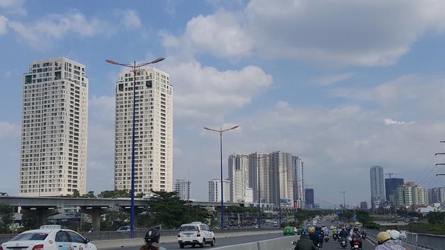 Ngay sau khi qua khỏi cầu Sài Gòn, một khung trời với hàng chục cao ốc hiện đại hiện ra trước mắt