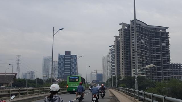 Cầu Rạch Đĩa luôn gồng mình chịu đựng lượng giao thông quá lớn, phía trước là hàng chục dự án cao tầng.