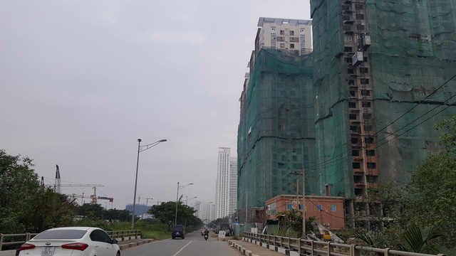 Hạ tầng giao thông chưa được đầu tư hoàn chỉnh, hàng loạt dự án khu dân cư quy mô lớn đang ồ ạt mọc lên.