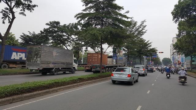 Trong lòng khu đô thị hiện đại bậc nhất TP.HCM Phú Mỹ Hưng là những mạng nhện xe container đang cày nát các tuyến đường.