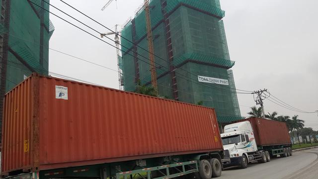 Nhiều người dân cho biết, sinh sống ngay tại các dự án chung cư cao cấp, nhưng mở mắt ra là nhìn thấy xe container. Đường xá luôn bị xuống cấp do những loại xe tải hạng nặng này cày nát ngày đêm.