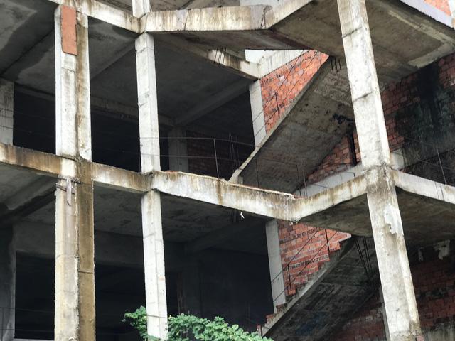 Sau khi khởi công xây dựng được một số hạng mục thì cắm cọc bỏ hoang.