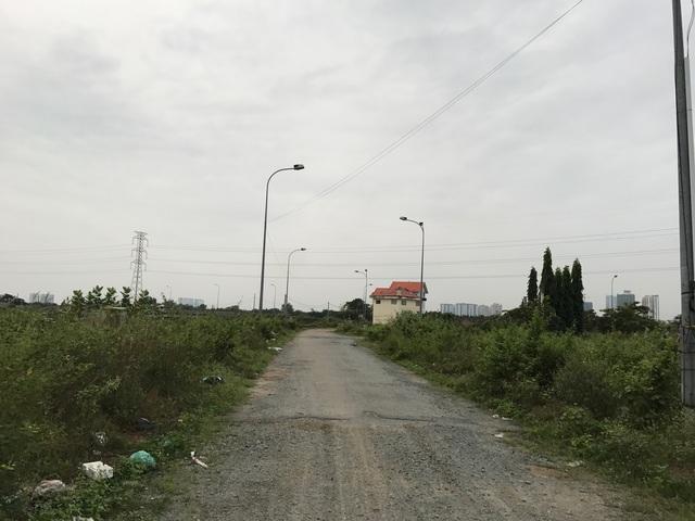 """Một số hộ dân đã mua nền nhà chuyển về ở thì rơi vào cảnh """"hoang mang"""" vì đường sá ngày càng xuống cấp, tệ nạn, trộm cắp trong khu vực ngày càng tăng."""