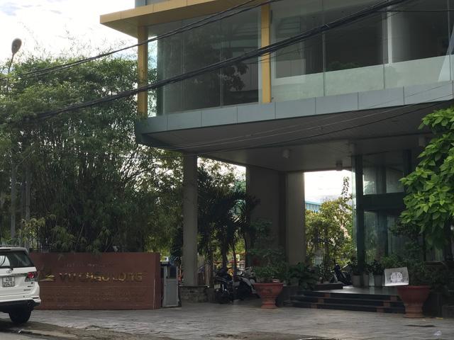 Trụ sở công ty CP Vũ Châu Long, bên cạnh là khu đất vàng do doanh nghiệp này đang ôm.