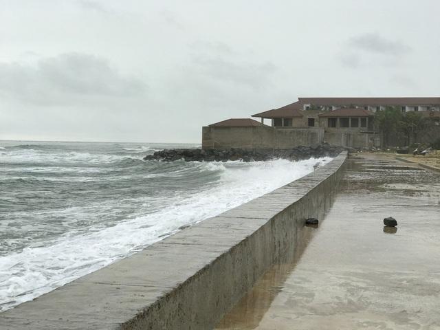 Khu vực bãi biển Cửa Đại dài hơn 3km, đây từng là nơi tập trung các khu nghỉ dưỡng lớn của TP Hội An. Nhiều dự án khách sạn, khu nghỉ dưỡng đang xây dựng và hoạt động tại đây bị biển uy hiếp xâm lấn, một số dự án xây dựng dang dở phải bỏ hoang.