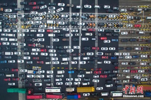 Trong những ngày đầu của kỳ nghỉ, lượng xe lưu thông trên tuyến cao tốc Bắc Kinh – Cao Hải luôn trong tình trạng quá tải. Ảnh: Chinanews.