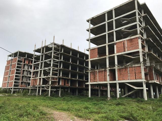 Ba block chung cư đang trơ khung
