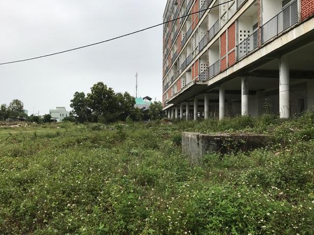 Toà nhà ký túc xá trung tâm được đầu tư gần như hoàn chỉnh nhưng đã xuống cấp do không có người ở.