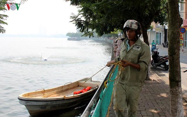 Lực lượng chức năng, đi kiểm tra xung quanh hồ.