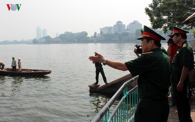 Chính Ủy Bộ Tư lệnh Thủ đô  - Thiếu tướng Nguyễn Thế Kết đến hồ Tây thị sát tình hình và nghe báo cáo kết quả khắc phục sự cố.