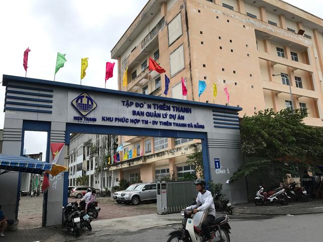 Bên trong sân vận động vẫn còn một toà nhà sử dụng làm văn phòng của tập đoàn Thiên Thanh.