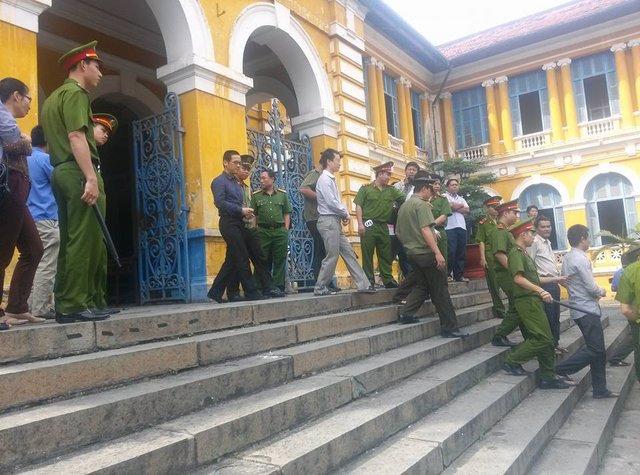 Các bị cáo Phan Thành Mai, Hoàng Đình Quyết, Mai Hữu Khương khi dẫn ra xe.