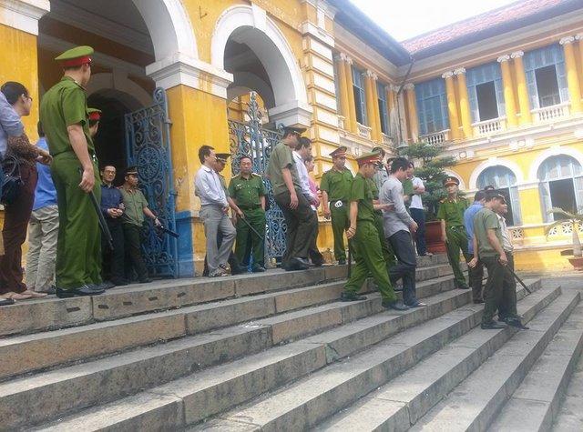 Bị cáo Phan Thành Mai mặt khá tươi tỉnh sau phiên tòa sáng nay.